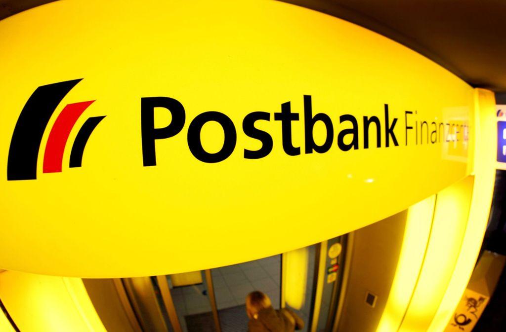 Zur Bankfiliale oder im Internet Geldgeschäfte erledigen? Auch Kunden der Postbank haben die Wahl und laut Unternehmen entscheiden sich immer mehr für das Onlinebanking. Foto: dpa