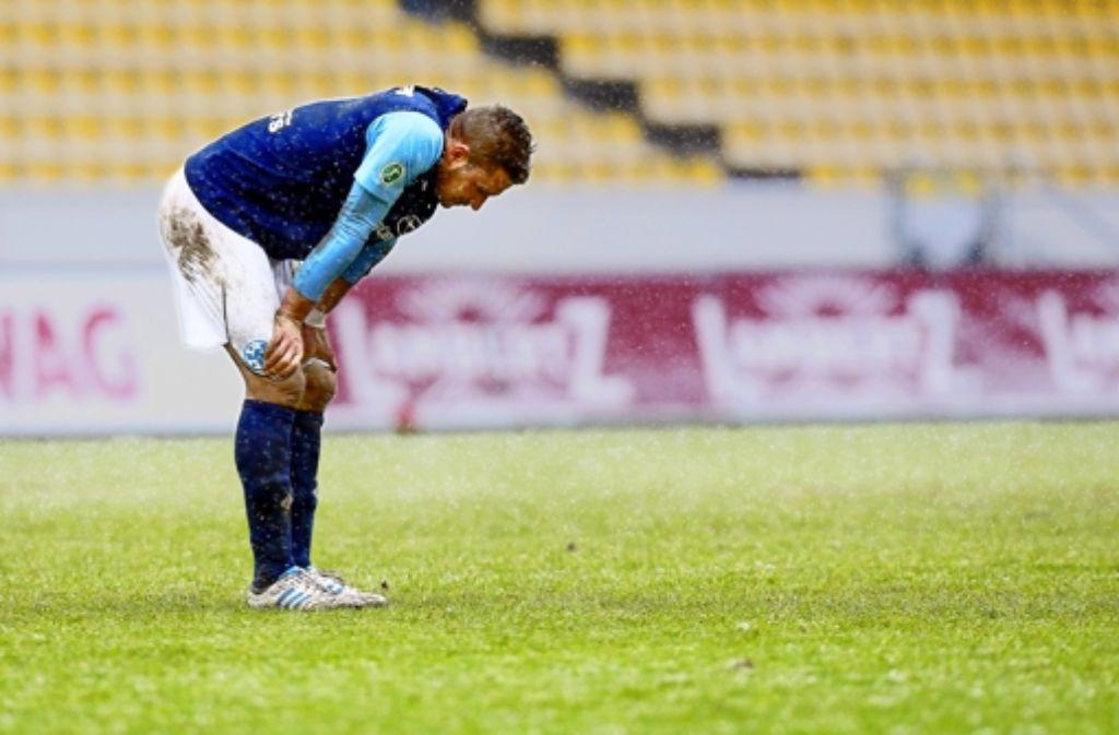 Marco Grüttner lässt den Kopf hängen – auch der Torjäger der Kickers geht leer aus. Foto: Pressefoto Baumann