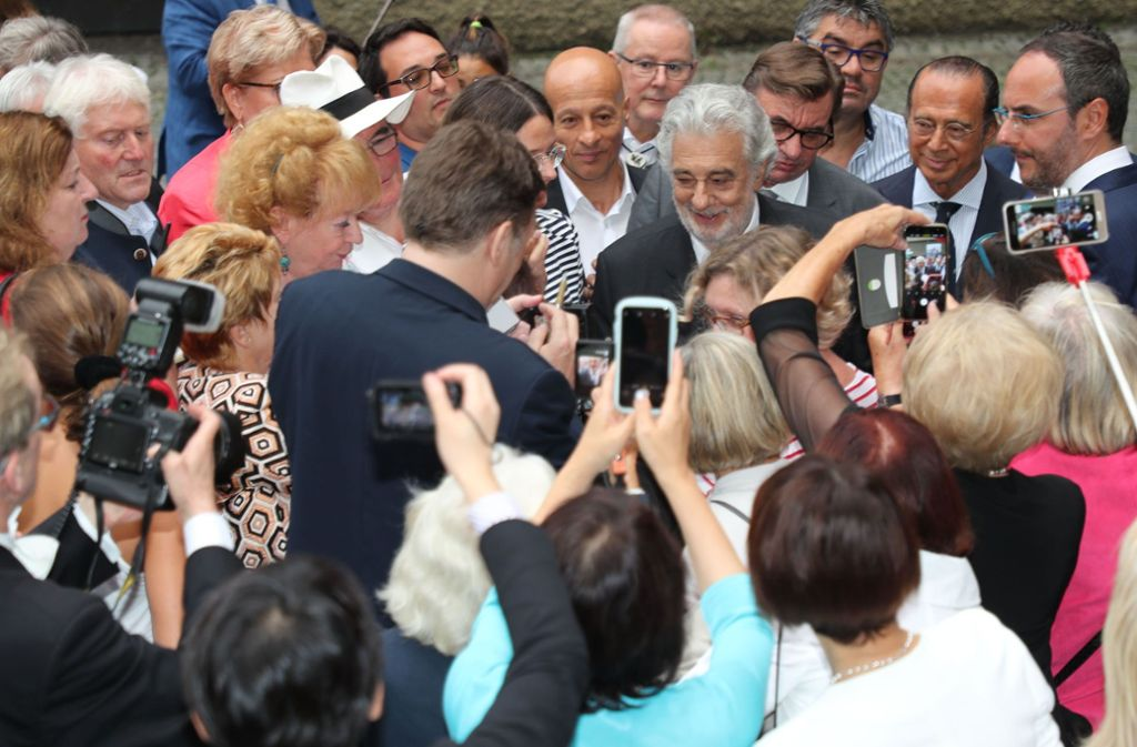 Umringt von Bewunderern: Plácido Domingo bei seiner Ankunft in Salzburg Foto: AFP