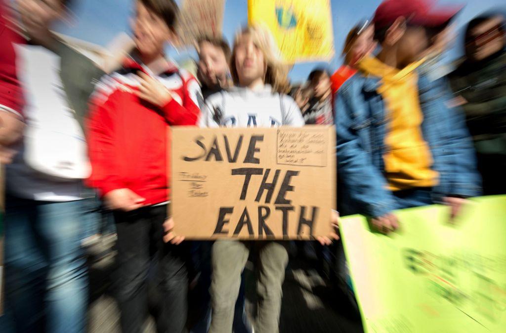 Erst demonstrieren, dann lesen: Wir stellen Bücher vor für junge Menschen, die beim Thema Klimawandel mitreden wollen.Foto: dpa Foto:
