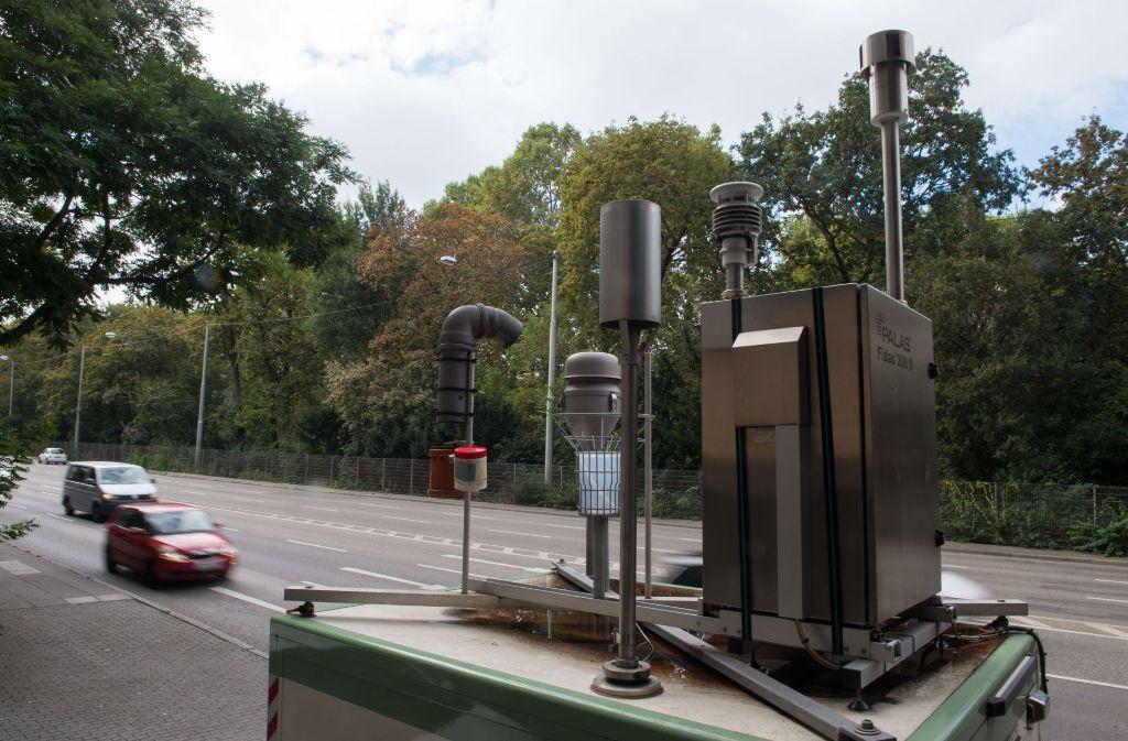 Diese Luftmessstation am Neckartor ist ein wichtiger Faktor für die Entscheidung, ob ein Feinstaubalarm ausgelöst wird. Foto: dpa