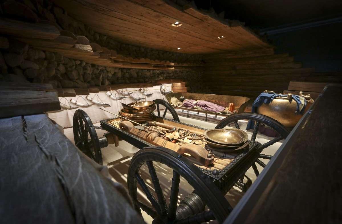 Repliken des Prunkwagens und der Bronzeliege des Keltenfürsten in der rekonstruierten Hochdorfer Grabkammer. Foto: factum//Simon Granville