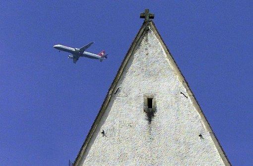 Der Kirchturm in Hohentengen – und ein Jet im Anflug auf Zürich Foto: dpa