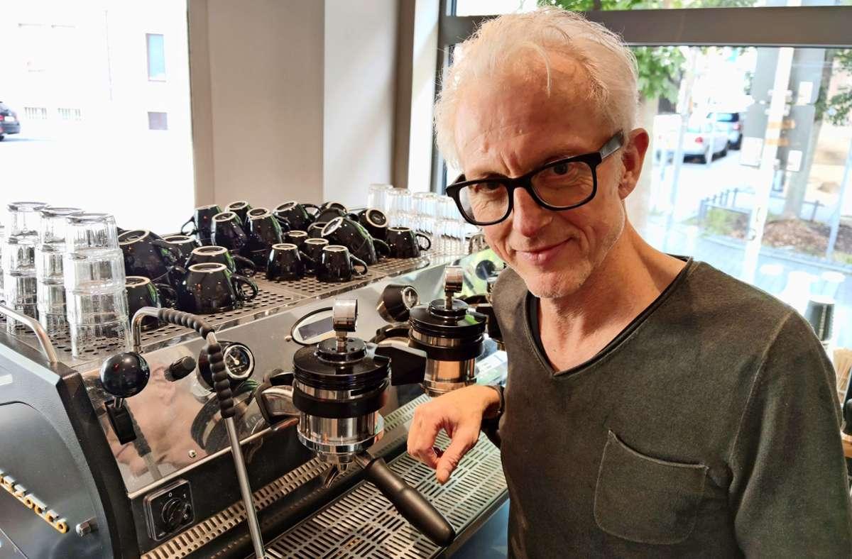 Christof Nothacker betreibt  in einer  ehemaligen Bäckerei sein Café. Foto: Kathrin  Wesely