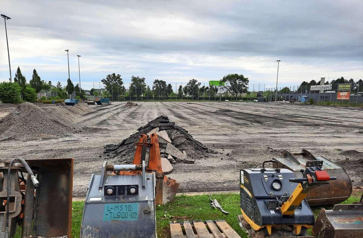 Die vorherige Schicht wurde abgetragen, bis Ende September soll der Kunstrasen beim Stadion wieder bespielbar sein. Foto: Dirk Herrmann