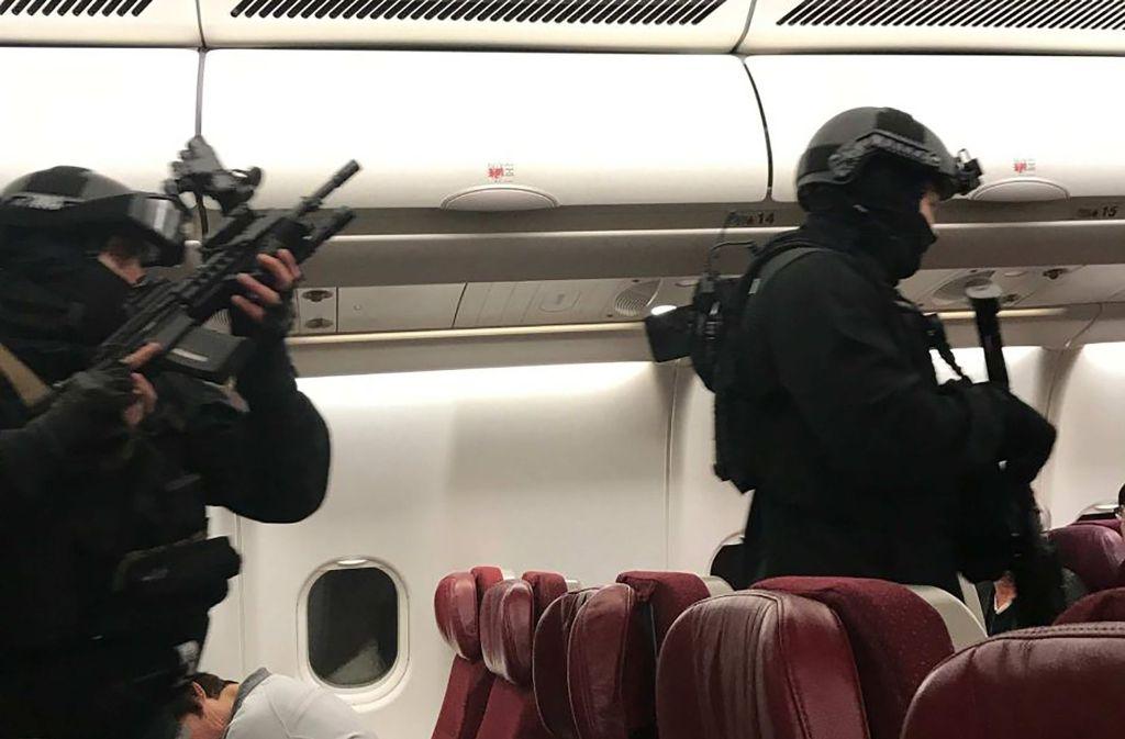 Schwer bewaffnete Polizisten haben in einem Flugzeug der Fluggesellschaft Malaysia Airlines Flight einen 25-Jährigen festgenommen. Foto: AFP