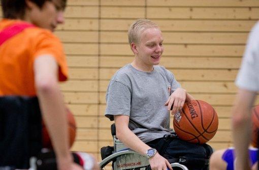 Schüler  lernen Basketball im Rollstuhl