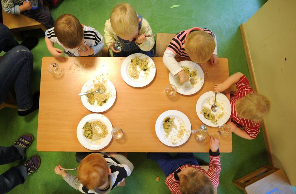 Nicht nur die Kindergartengebühren steigen, auch das Mittagessen  wird in Esslingen teurer. Foto: dpa