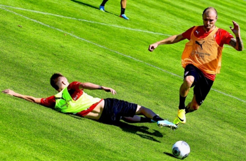 Der VfB-Neuzugang Konstantin Rausch (links) nimmt Tempo auf. Foto: Baumann