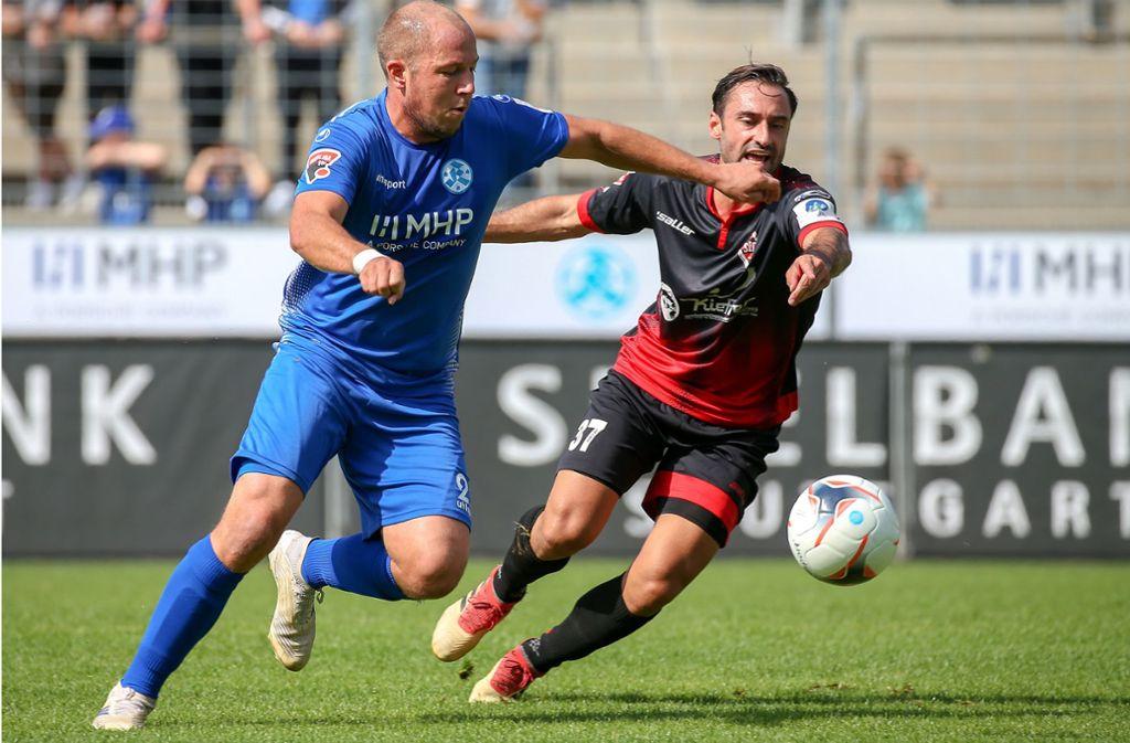 Gibt im Mittelfeld der Kickers den Takt vor: Lukas Kling (li.) gegen Dorfmerkingens Marc Gallego. Foto: Baumann