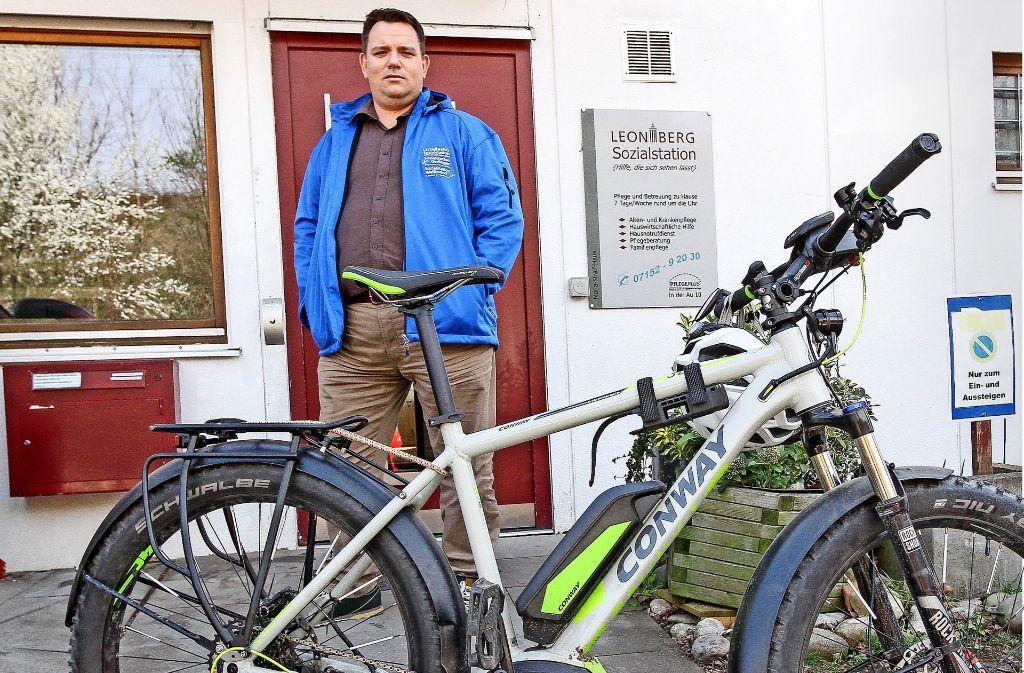 Christian Hermann von der Sozialstation mit seinem Dienstfahrrad. Foto: factum/Bach