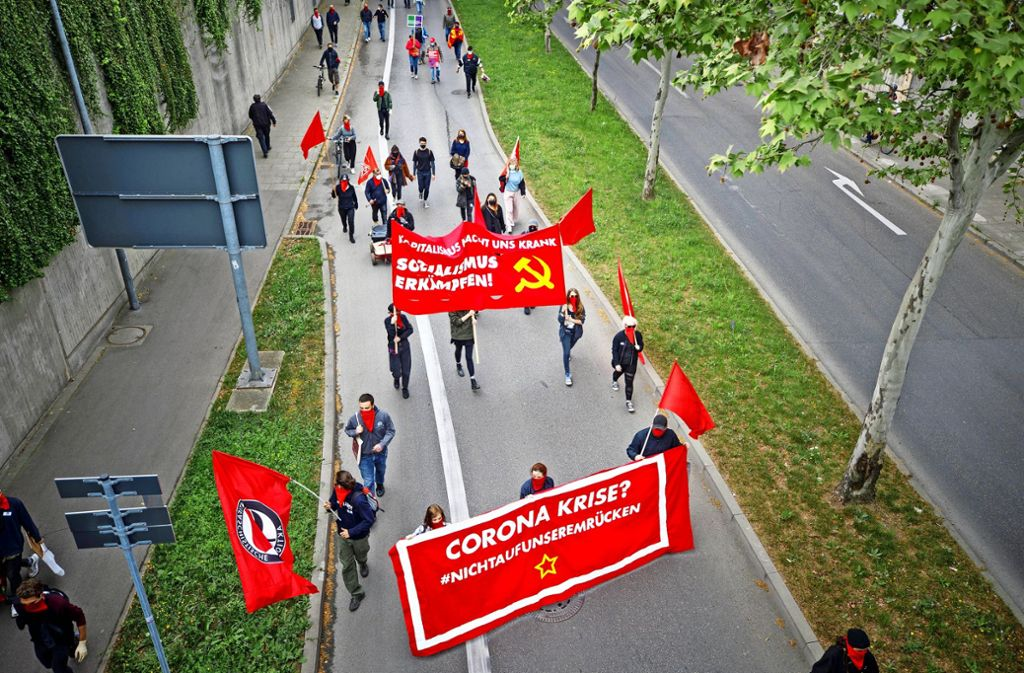 Sicherheitsabstand statt Gedränge: Der Demonstrationszug auf dem Weg in die Waiblinger Innenstadt. Foto: Gottfried Stoppel