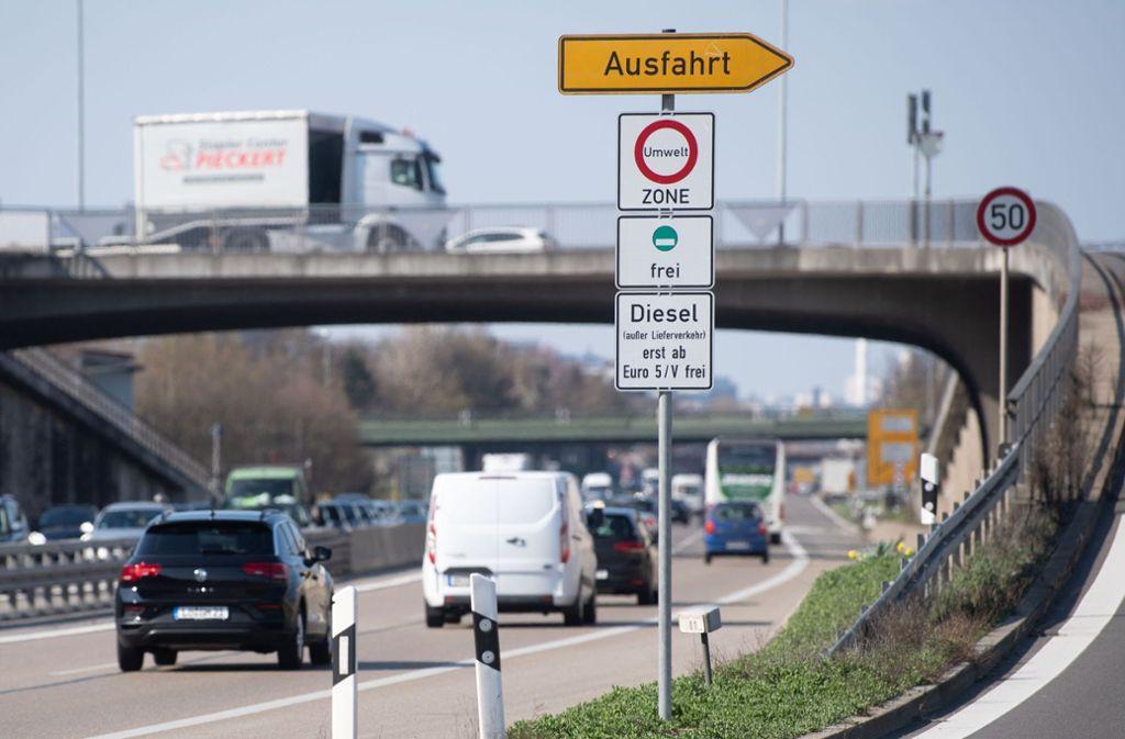 Auf das Land kommt im Streit um die Luftqualität und Fahrverbote in Stuttgart ein Zwangsgeld zu.  (Symbolfoto) Foto: Marijan Murat/dpa/Marijan Murat