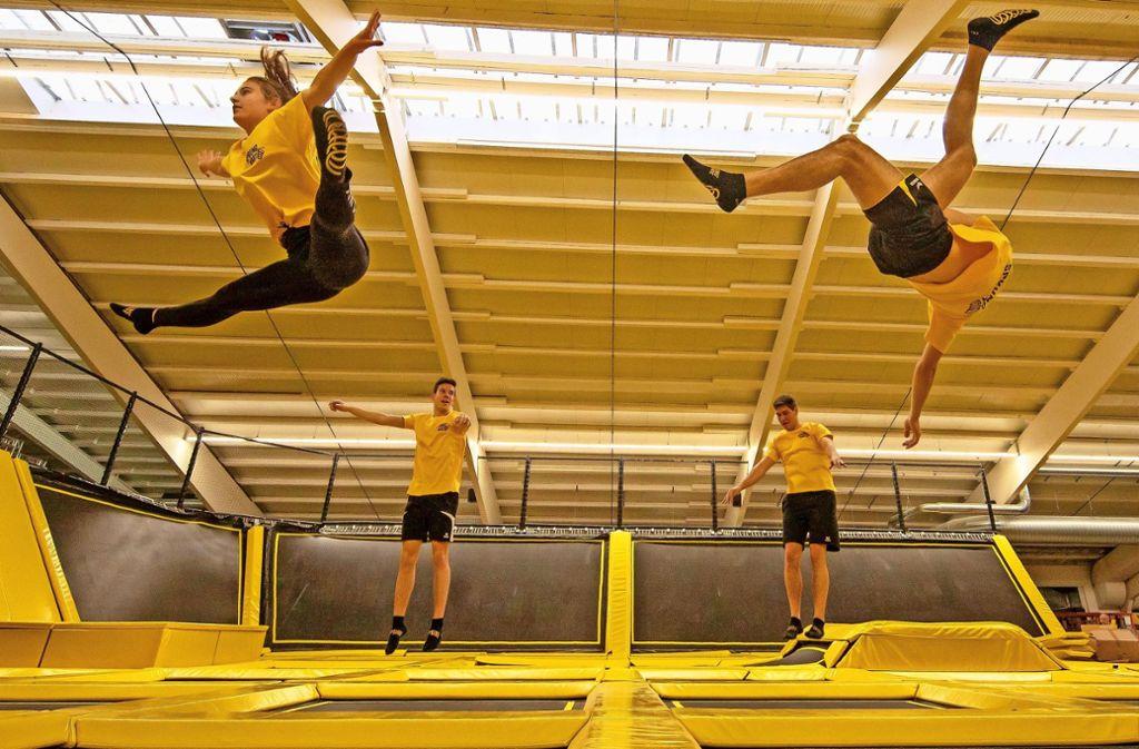 In der Trampolinhalle braucht man spezielle Sprungsocken. Foto: Thomas Krämer