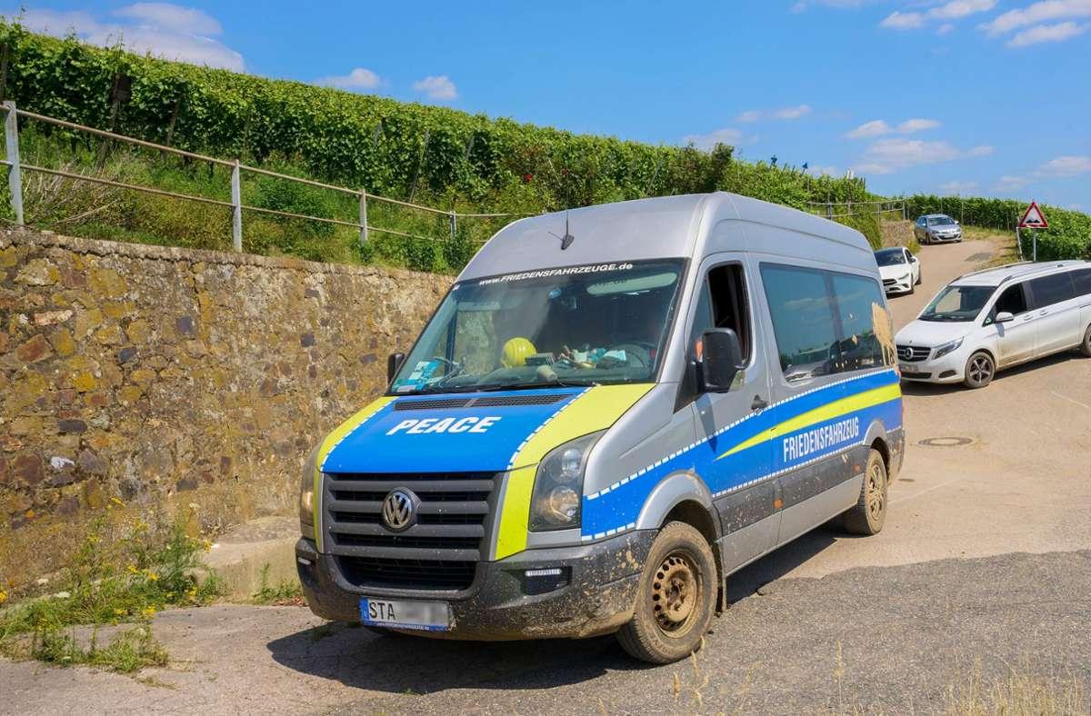 Dieser polizeiähnliche Wagen ist in Ahrweiler unterwegs. Foto: dpa/Thomas Frey
