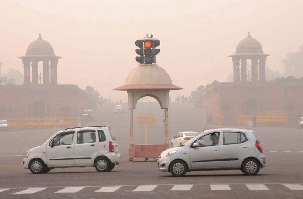 Was wie Nebel aussieht, ist tatsächlich Smog. Seit Montag gilt ein drastisches Fahrverbot in Indiens Hauptstadt Neu Delhi. (Archivbild) Foto: dpa/Str