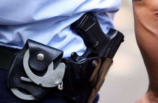 Polizisten ziehen die  Dienstwaffen