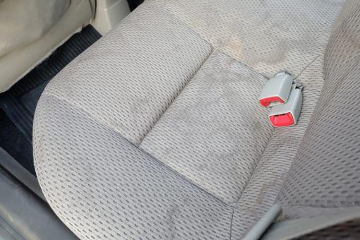 Wasserflecken von Autositzen entfernen