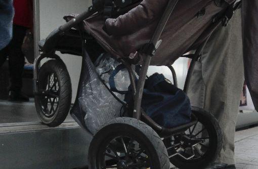 Frau mit Kinderwagen angefahren