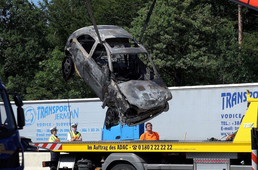 Die Frau konnte aus dem brennenden Wagen gerettet werden. Foto: 7aktuell.de/Alexander Hald