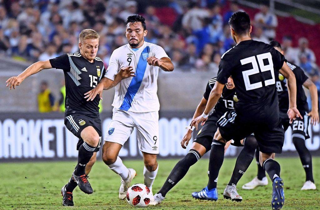 Gegen Guatemala läuft Santiago Ascacibar (li.) erstmals im argentinischen Nationaltrikot auf. Foto: Getty
