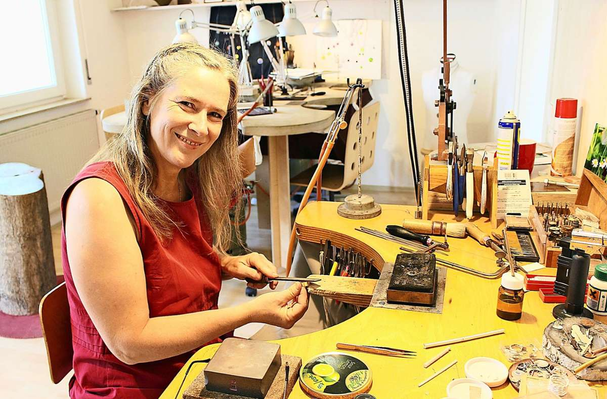 Die Goldschmiedin Anita Lingens-Lauer in der Werkstatt im Steckfeld an ihrem Werkbrett Foto: Caroline Holowiecki