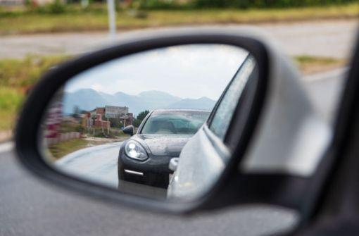 Erfahren Sie, was Sie gegen Drängler tun können und wie Sie richtig auf dichtes Auffahren im Straßenverkehr reagieren.