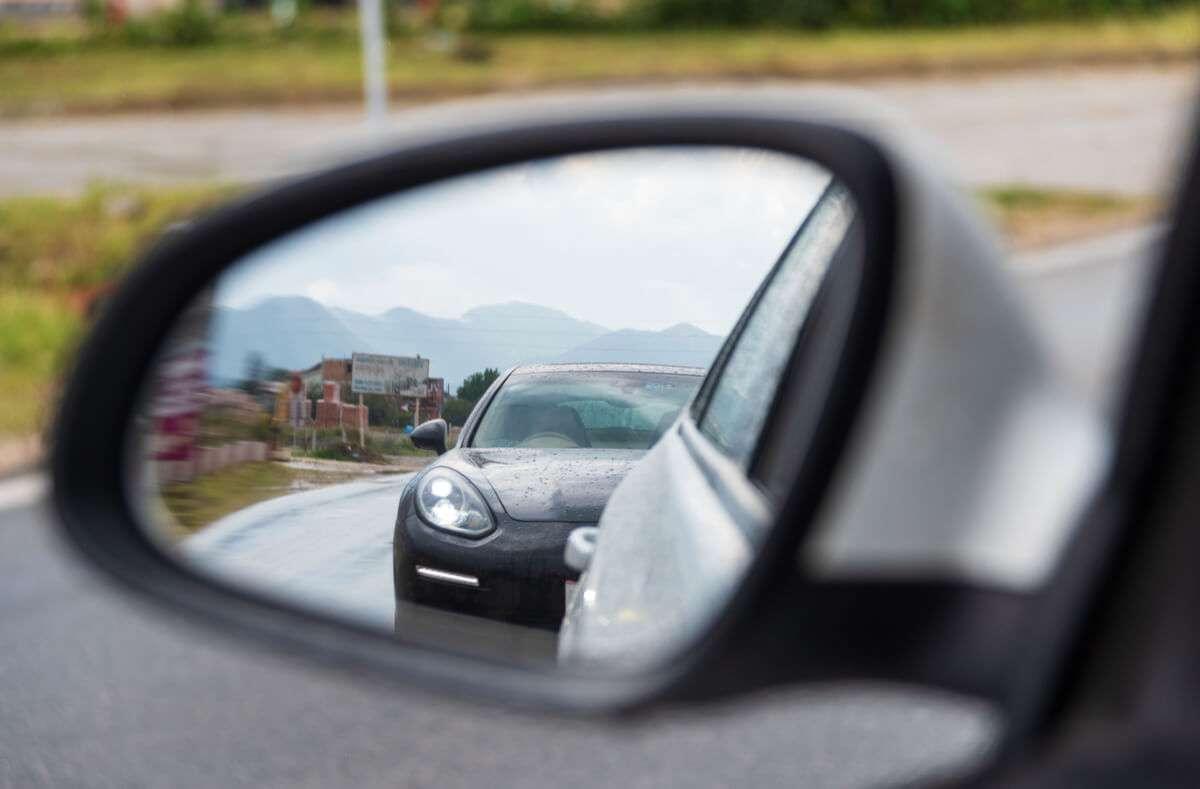 Erfahren Sie, was Sie gegen Drängler tun können und wie Sie richtig auf dichtes Auffahren im Straßenverkehr reagieren. Foto: Aleksandar Blanusa / Shutterstock.com
