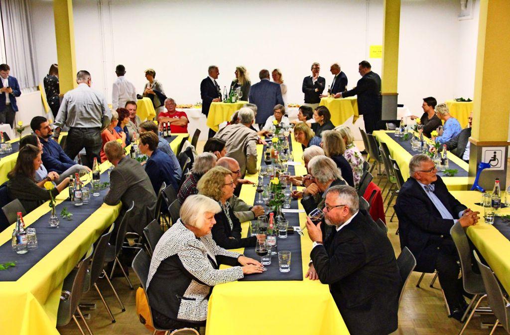 Rund 80 Gäste haben sich im Bürgerhaus eingefunden, nachdem sie vom Bezirksbeirat eingeladen wurden – als Auszeichnung für ihr langjähriges Engagement. Foto: Torsten Ströbele