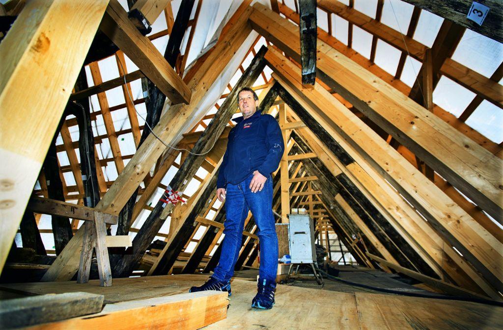 Wenn Ziegel und Unterdach das Gebäude schützen, kann das Fachwerkhaus noch  viele Jahrhunderte überdauern, sagt Martin Stahl. Foto: /Horst Rudel