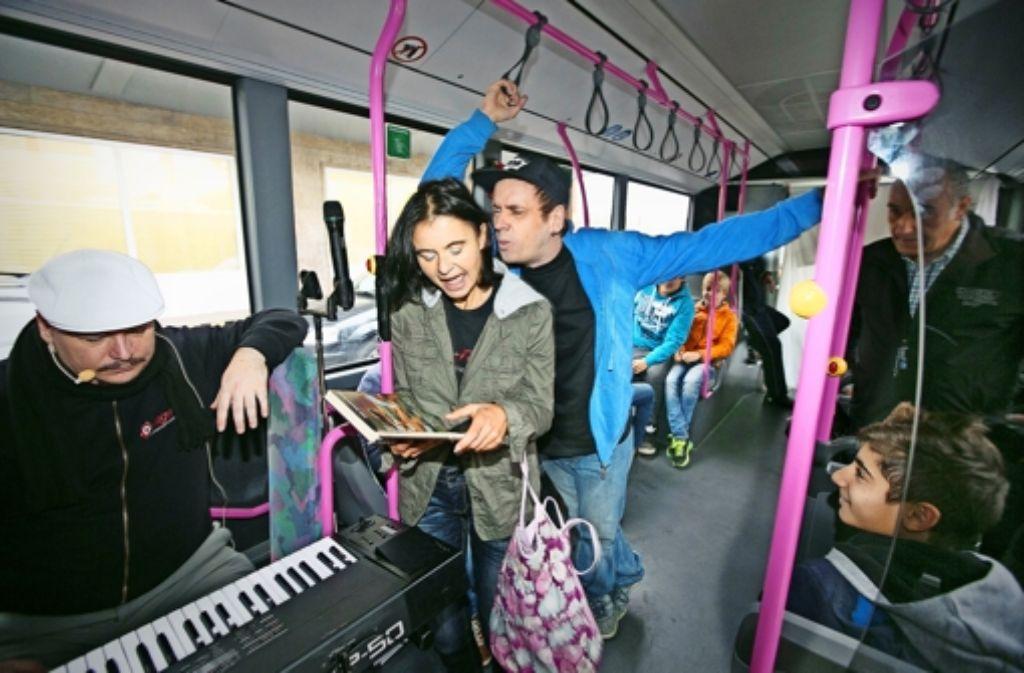 Im Theaterbus vor dem Göppinger Hauptbahnhof rempelt Christian Lisa an, und alle schauen bloß zu. Das Ludwigsburger Theater Q-Rage hat mit Achtklässlern aus dem Kreis Göppingen Übungen zur Zivilcourage ausprobiert. Foto: Horst Rudel