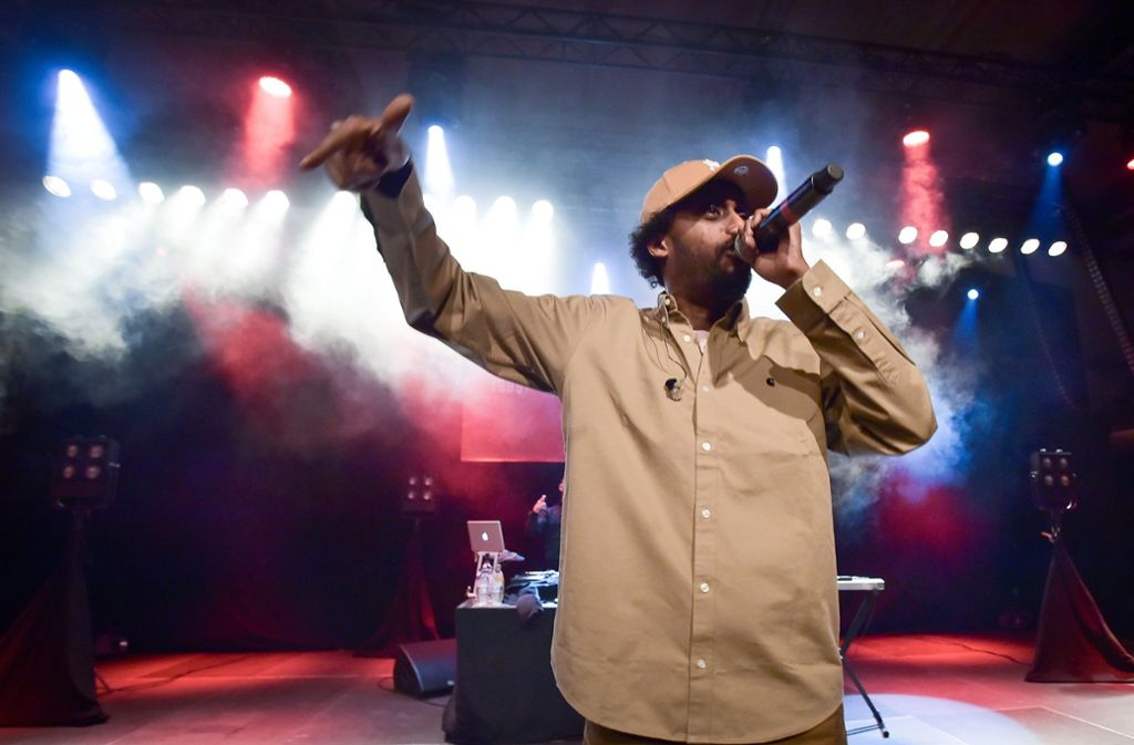 Afrobs Auftritt ist Hip-Hop, wie man ihn von früher kennt: Er hat einen DJ und einen MC. Mehr braucht es nicht für ein Oldschool-Hip-Hop-Konzert.  Foto: Lichtgut/Ferdinando Iannone
