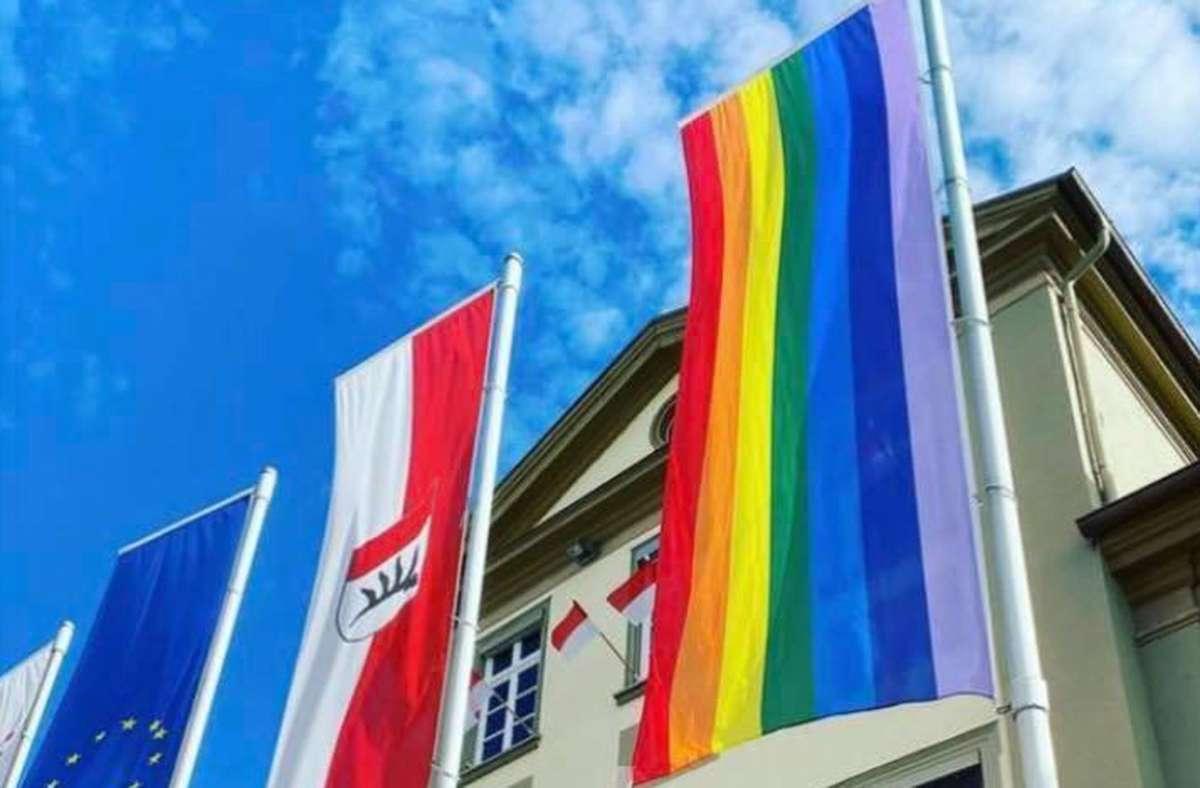 Vor dem Rathaus in Göppingen hängt die Rainbow-Flagge. Foto: Instagram/Allworldisgreen