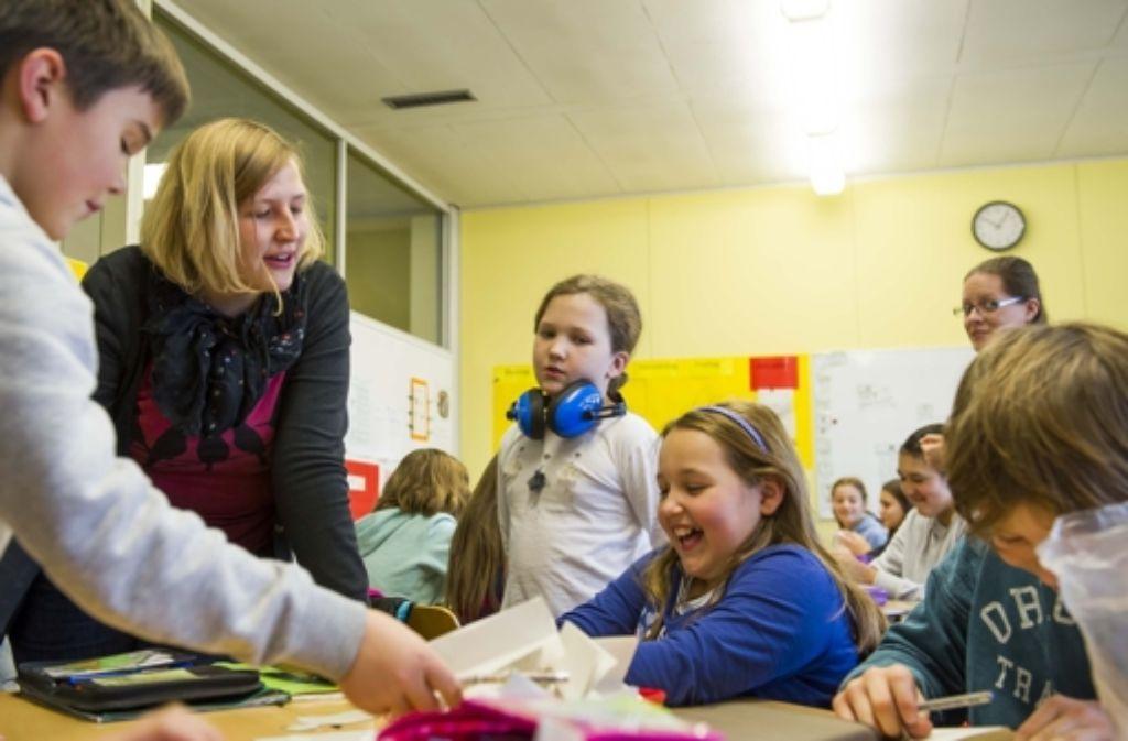 Biolehrerin Christina Kurz kümmert sich um ihre Schüler. Foto: Lichtgut/Max Kovalenko