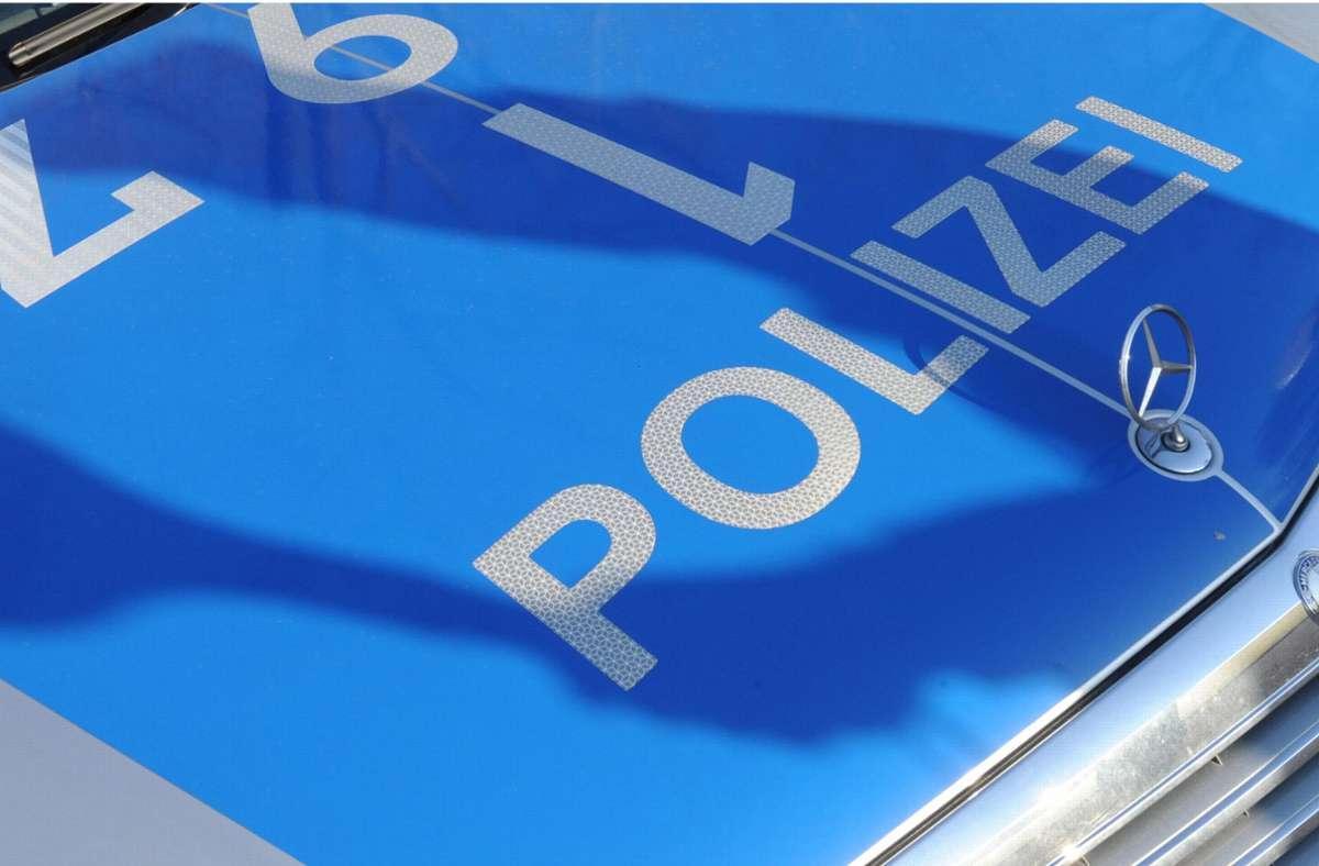 """Im Februar 2020 ließ die Nachrichtenagentur dpa diese Meldung über ihren Ticker laufen. Ohne die Authentizitätsgarantie wäre die Geschichte auch zu schön gewesen, um wahr zu sein:""""Eine Frau hat sich beim Ansehen eines Präventionsvideos der Polizei in einen Stuttgarter Polizisten verliebt. Wie die Polizei am Valentinstag auf Facebook bekannt gab, kontaktierte die Frau im Herbst letzten Jahres den Polizeihauptkommissar, der den Kontakt zwischen den beiden herstellte. Wenig später verabredeten sich die beiden und seien seitdem ein glückliches Paar.Ende September informierte der Polizist in einem Video auf der Facebook-Seite der Stuttgarter Polizei über die Gefahren beim alkoholisierten Fahren mit E-Scootern. Besonders beim Wasen seien viele Menschen betrunken mit den Fahrzeugen unterwegs. Passend dazu fand auf dem Volksfest das erste Date der beiden statt.""""  Foto: dpa"""