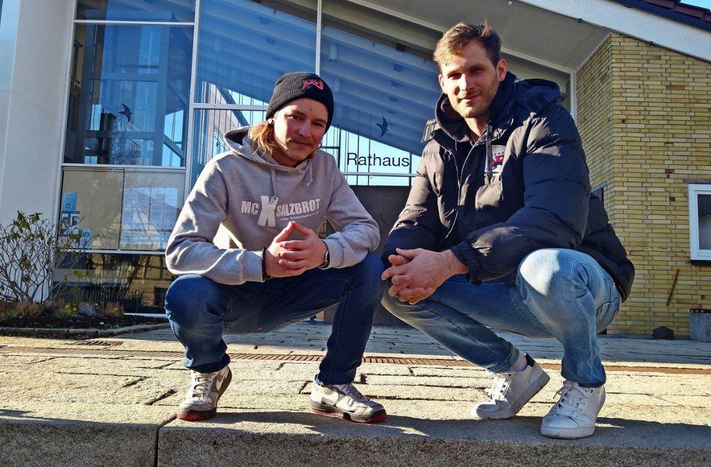 Hier nahm alles seinen Anfang: Dennis Strobel (links) und Vincent Schuster vor dem Rathaus in SteinenbronnFoto: Felix Heck Foto: