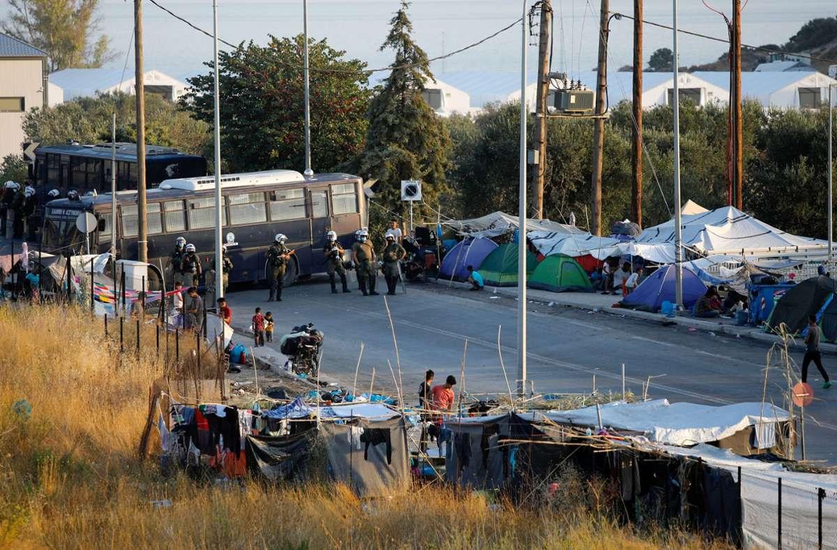 Am Donnerstag hat die griechische Polizei damit begonnen, Flüchtlinge und Migranten in eine neue Unterkunft zu bringen. Foto: dpa/Petros Giannakouris