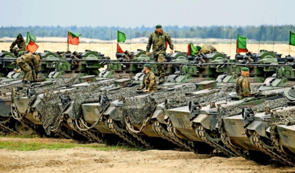 Deutsche Soldaten  mit  Panzern vom Typ Marder bei der Verlegung von Gerät der schnellen Eingreiftruppe: Sie nehmen an einer Übung im polnischen Ort Sagan teil. Foto: dpa