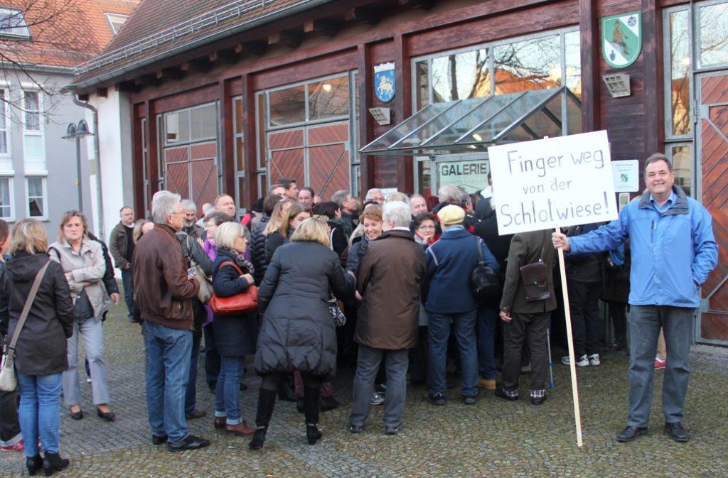 Der Protest gegen Systembauten für Flüchtlinge auf der Schlotwiese war in der Bevölkerung groß. Foto: Braun