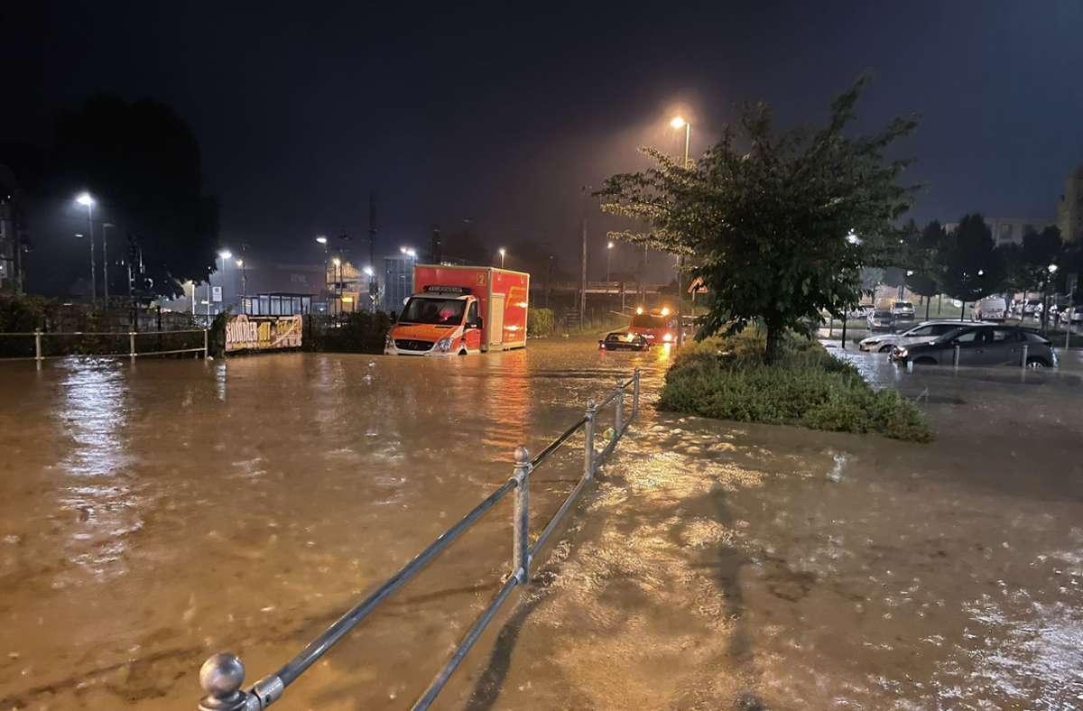 In Hagen sind wegen überspülten Straßen stellenweise Fahrzeuge ins Rutschen gekommen. Foto: dpa/Alexander Forstreuter