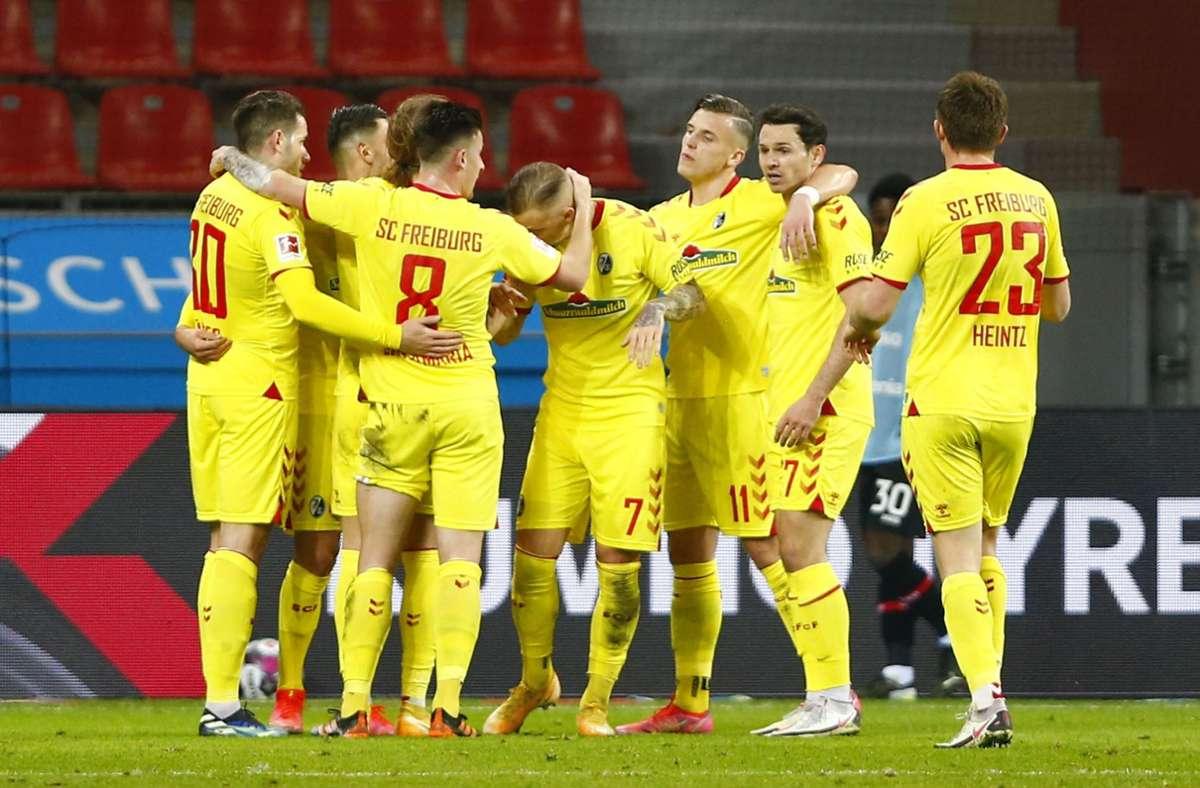 Die Freiburger freuen sich über einen 2:1 Sieg gegen Bayer Leverkusen. Foto: AFP/THILO SCHMUELGEN