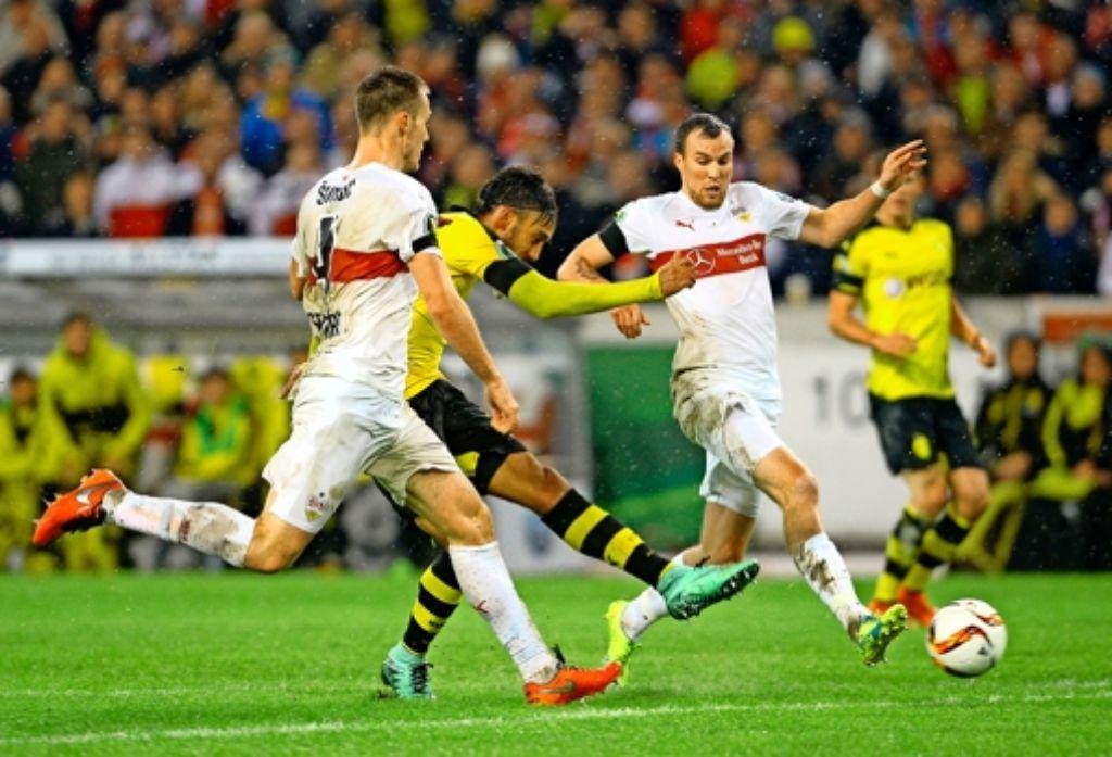 Der Dortmunder Pierre-Emerick Aubameyang setzt sich gegen die Stuttgarter Kevin Großkreutz  (rechts) und   Toni Sunjic durch und erzielt den Treffer zum 2:1. Foto: dpa