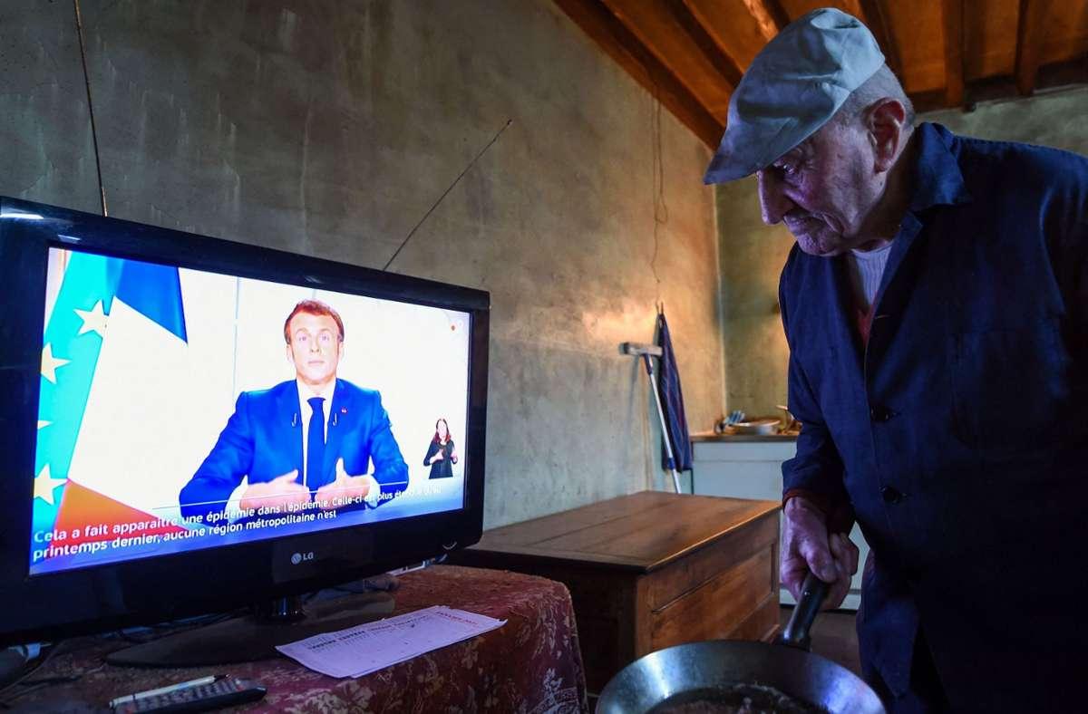 Präsident Macron verkündet den Franzosen seine Entscheidungen im Kampf gegen die Corona-Pandemie. Die Franzosen haben aber das Vertrauen in ihren Präsidenten verloren, die Krise wirklich meistern zu können. Foto: AFP/JEAN-FRANCOIS MONIER