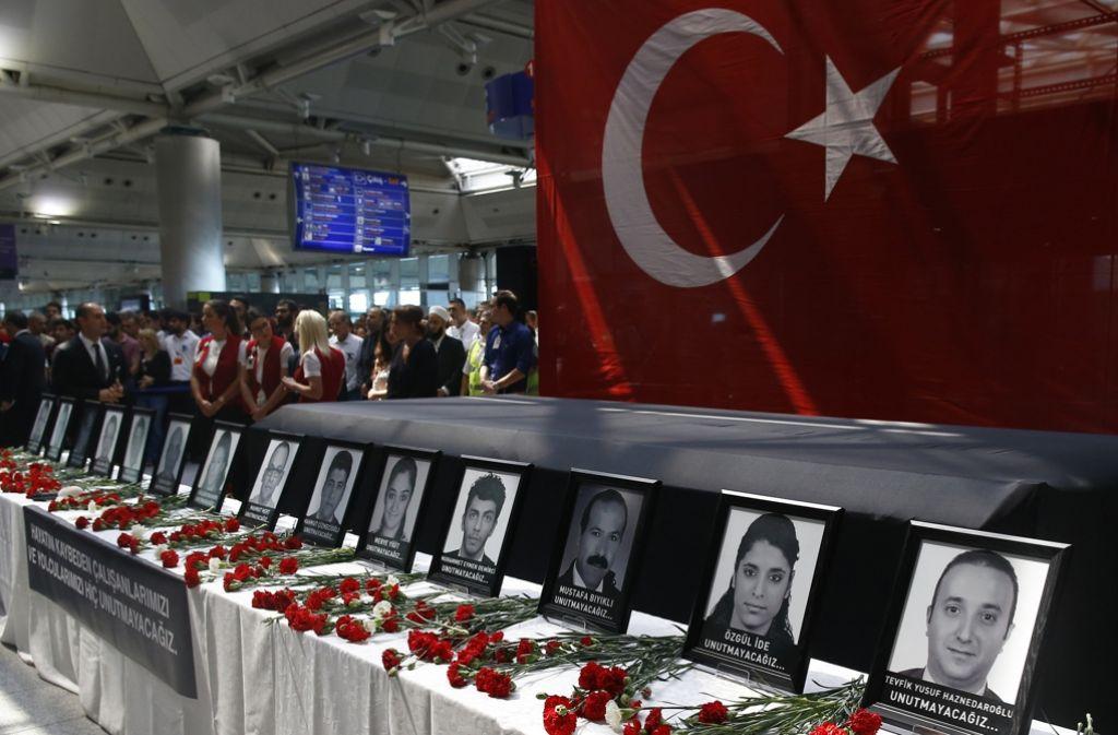 Beim Anschlag auf den Atatürk-Flughafen in Istanbul kamen 45 Menschen ums Leben. Angehörige und Freunde trauern bei einer Zeremonie am Flughafen um die Opfer. Foto: AP