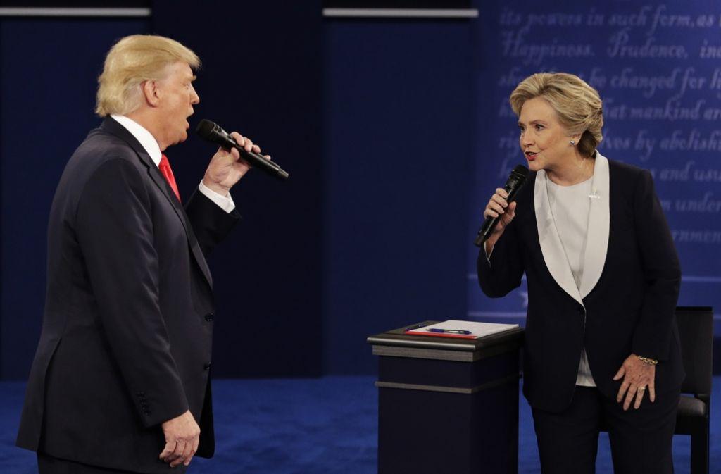 Schenken sich nichts: Die US-Präsidentschaftskandidaten Donald Trump (Republikaner) und Hillary Clinton (Demokraten) beim zweiten Fernsehduell in St. Louis Foto: AP
