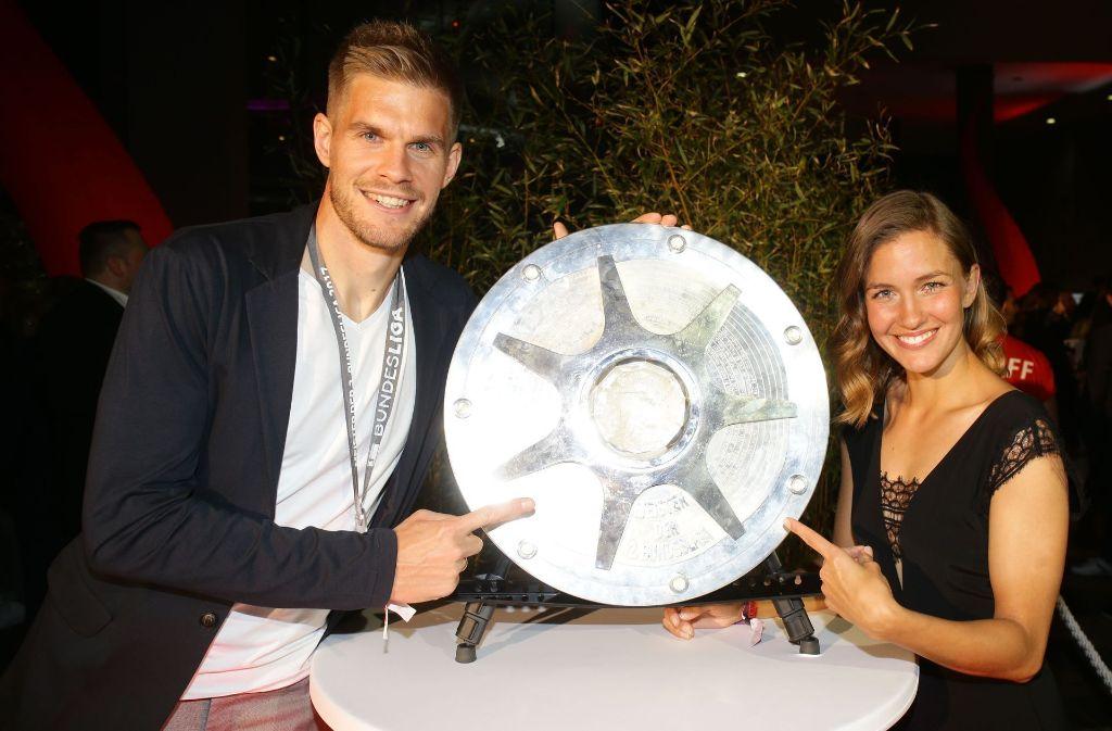 Simon Terodde bei der Aufstiegsfeier des VfB Stuttgart mit seiner Frau Laura. Foto: Pressefoto Baumann