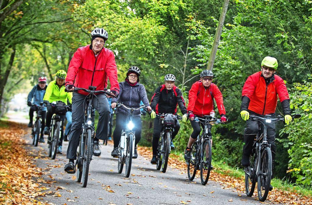 Vor der Winterpause lässt die E-Bike-Runde aus Bad Boll es noch einmal so richtig krachen. Bernd Herrmann (vorne links) tüftelt die Touren aus. Foto: Ines Rudel