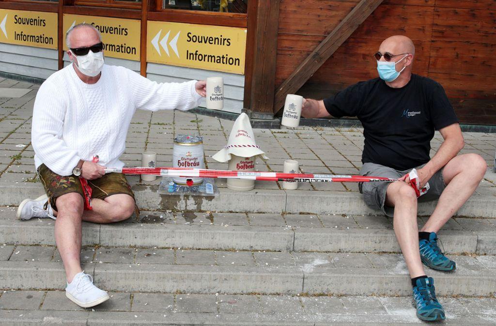 Mit Maske und Lederhose: Luigi Graziano d´Arcangelo, der Hofnarr vom Grandl-Zet, beim etwas anderen Fassanstich mit Falk Gruber (rechts)  auf dem Cannstatter Wasen. Foto: Wolfgang List