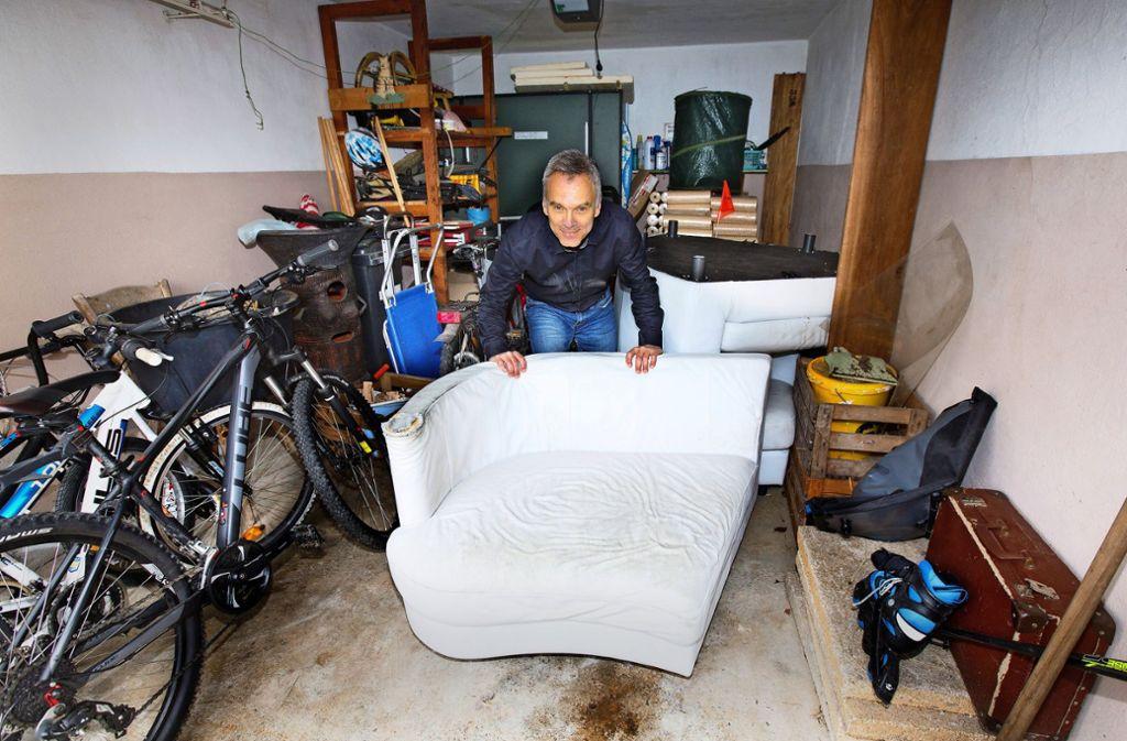 Das alte Sofa wird erst am 5. Juni abgeholt, bis dahin blockiert es weiterhin die Garage von Manfred Zapletal. Foto: Horst Rudel