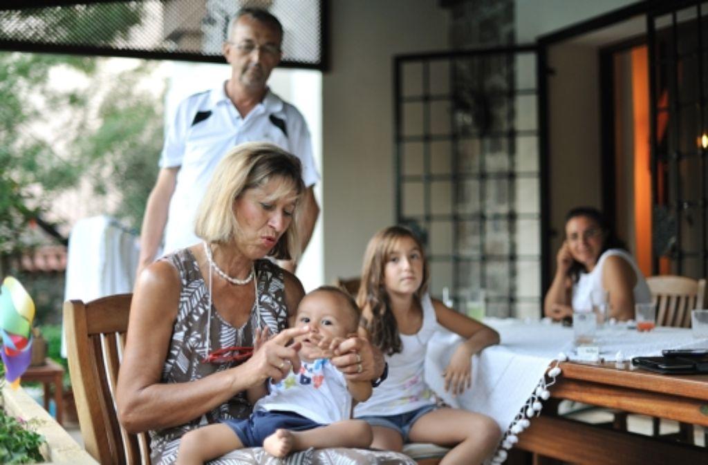 Anna Rieth mit Deniz und Elif und deren Eltern Nuri und Gülay Kaplan Foto: Ömer Dogan